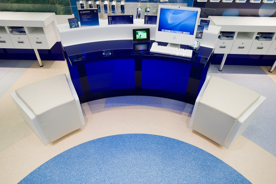O2 retail - experience pod in corian and translucent acrylic